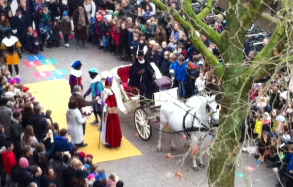 Sinterklaas op het schoolplein van de Cornelisvrijschool